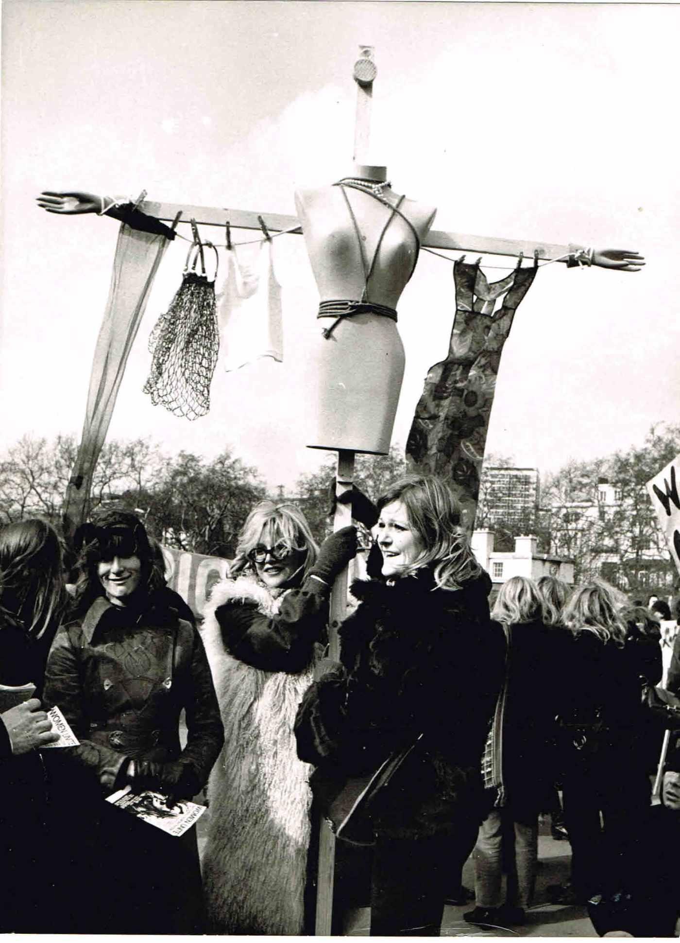 Reino unido manifestao do movimento de libertao da mulher reino unido manifestao do movimento de libertao da mulher londres maro de 1970 ephemera biblioteca e arquivo de jos pacheco pereira fandeluxe Gallery